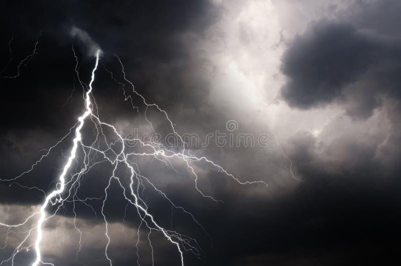 Trueno, relámpagos y lluvia en noche de verano tempestuosa fotos de archivo
