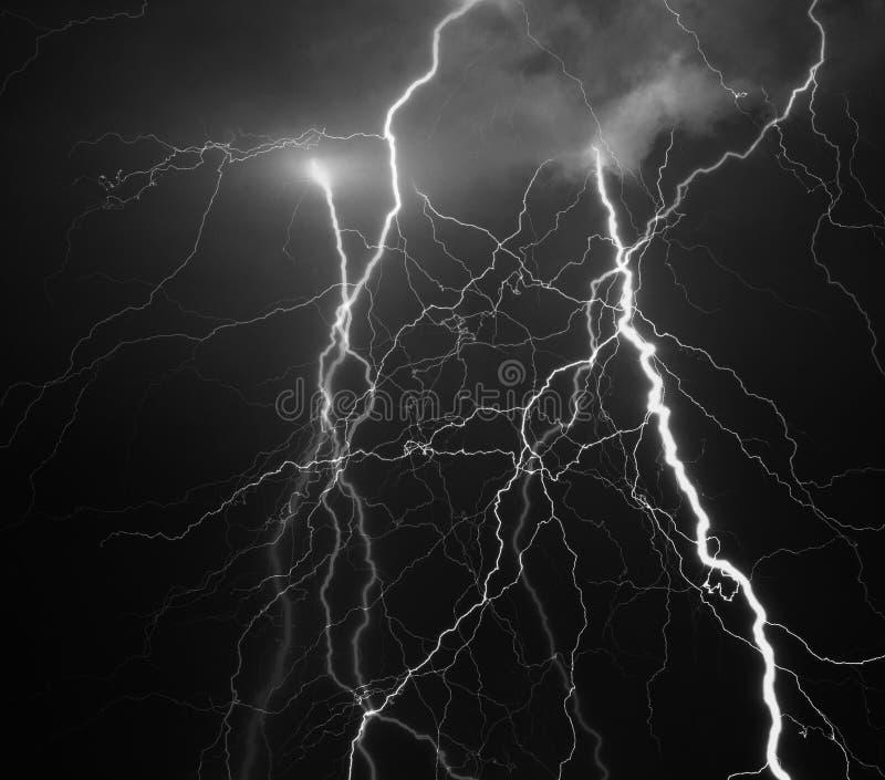 Trueno, relámpagos y lluvia en noche de verano tempestuosa imagenes de archivo