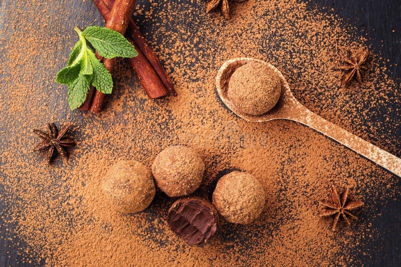 Trufa de chocolate, doces de chocolate da trufa com pó de cacau Ho imagens de stock royalty free