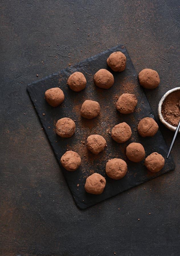 Trufa de chocolate en un tablero de piedra con fondo oscuro foto de archivo