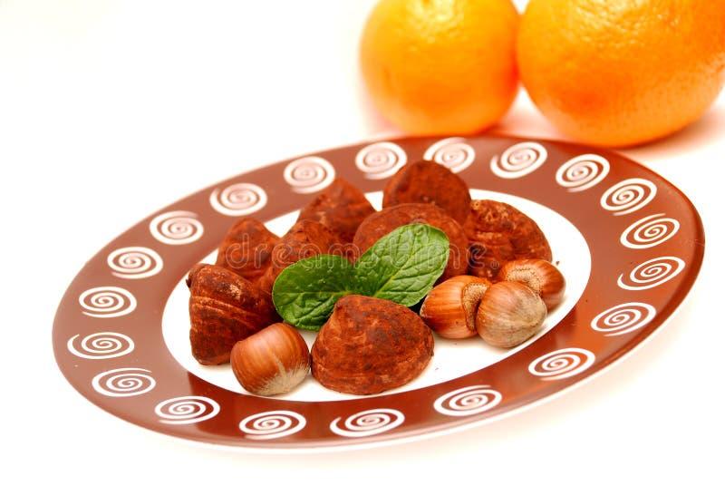 Trufas, avelã, folhas de hortelã e laranjas imagens de stock