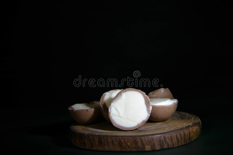 Trufas de chocolate brancas no fundo preto fotografia de stock royalty free