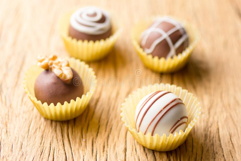 Trufas de chocolate caseiros sortidos Foco seletivo Wo rústico imagens de stock