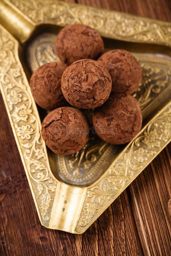 Trufas de chocolate con el polvo de cacao fotos de archivo libres de regalías
