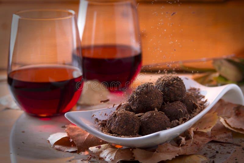 Trufas de chocolate con el vino rojo fotos de archivo