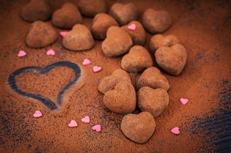 Trufas de chocolate dadas forma coração imagem de stock
