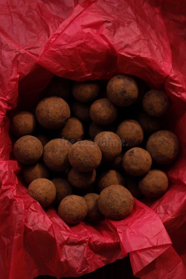 Trufas de chocolate deliciosas na vista de papel vermelha fotos de stock royalty free