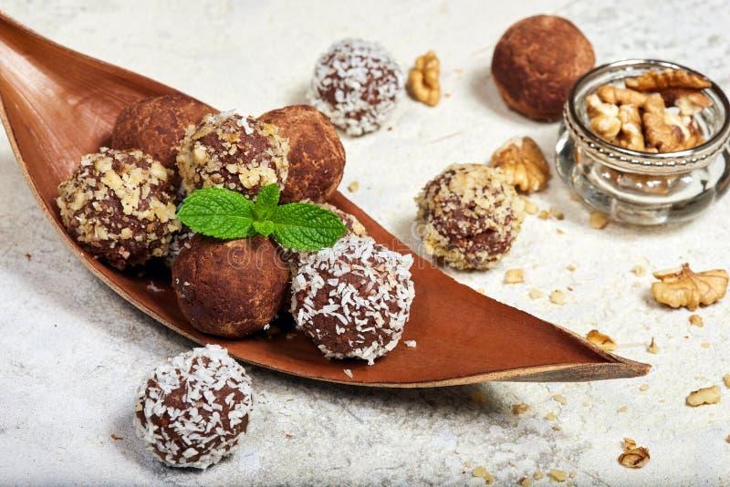 Trufas de chocolate deliciosas O biscoito endurece em uma forma das bolas fotografia de stock