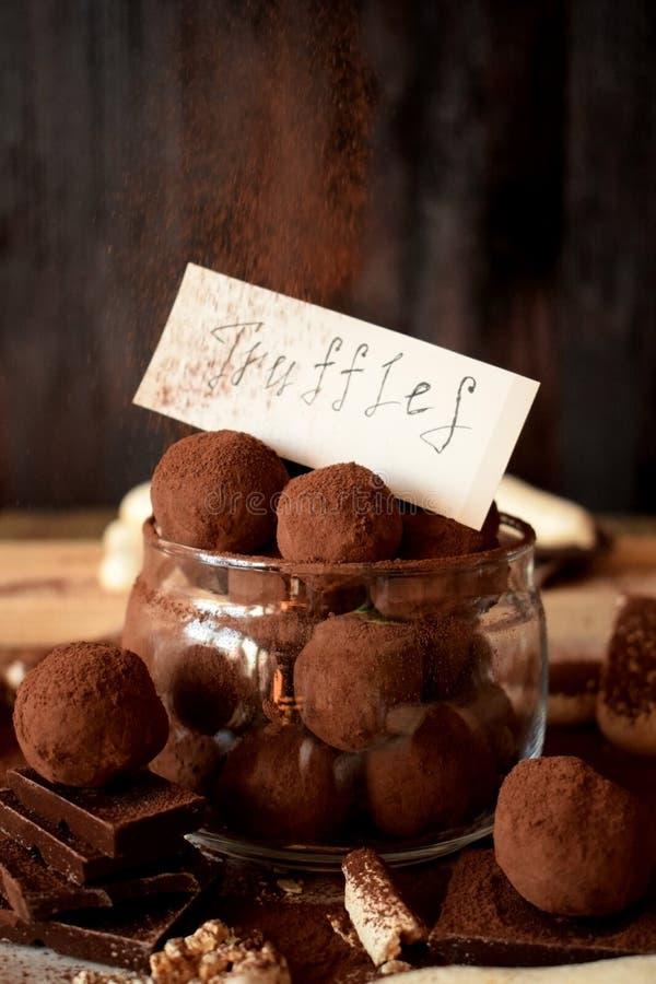 Trufas de chocolate en un tarro de cristal foto de archivo