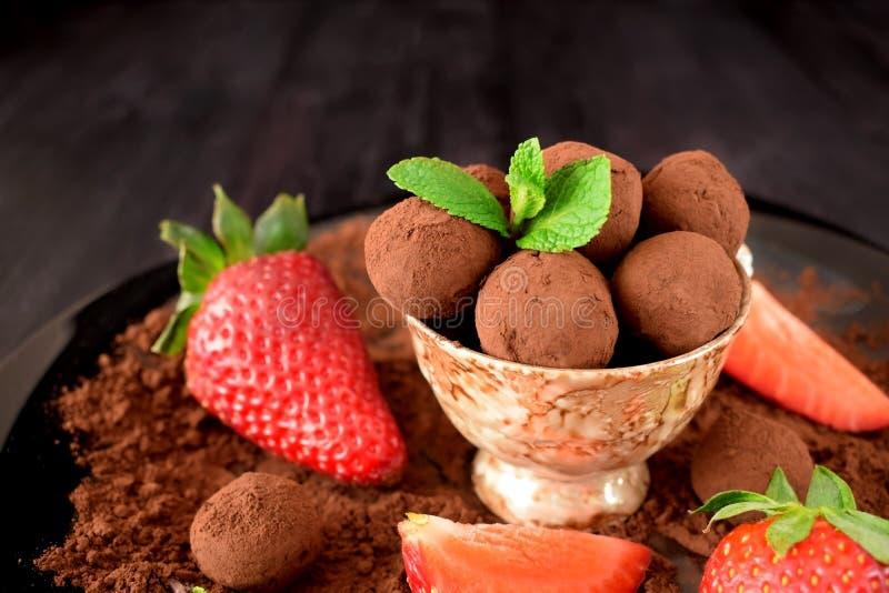 Trufas de chocolate en una taza marrón fotos de archivo