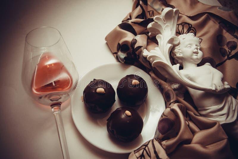 Download Trufas De Chocolate Oscuras Foto de archivo - Imagen de marrón, muchos: 64200030