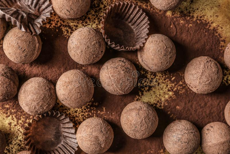 Trufas de chocolate saborosos na bandeja do metal imagem de stock royalty free