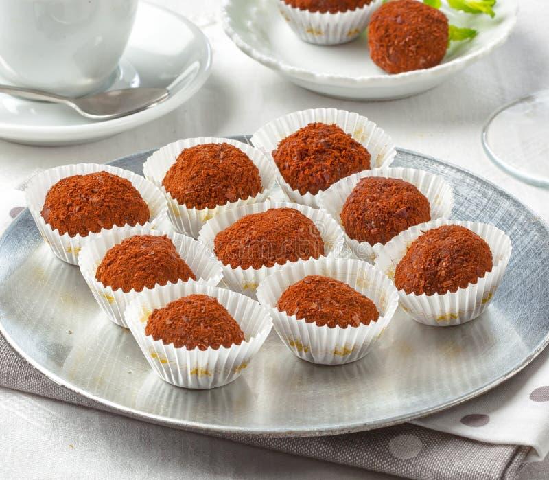 Trufas de chocolate servidas com café ou chá fotografia de stock