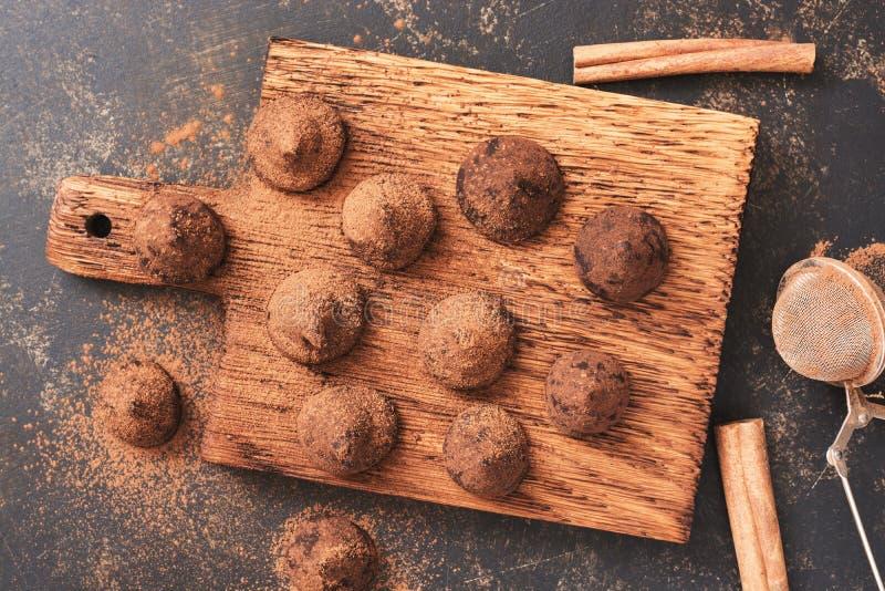 Trufas deliciosas del caramelo asperjadas con el polvo de cacao, visión superior fotos de archivo