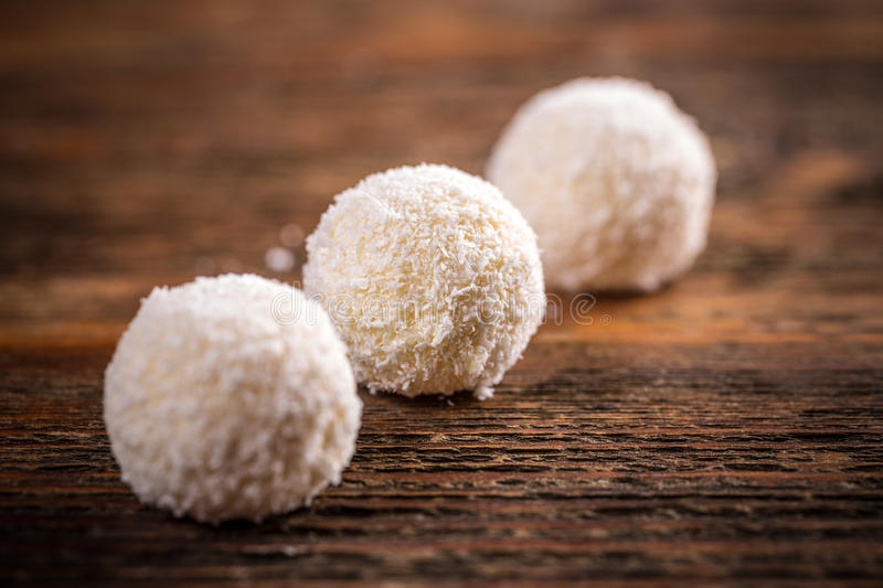 Trufas dulces del coco foto de archivo