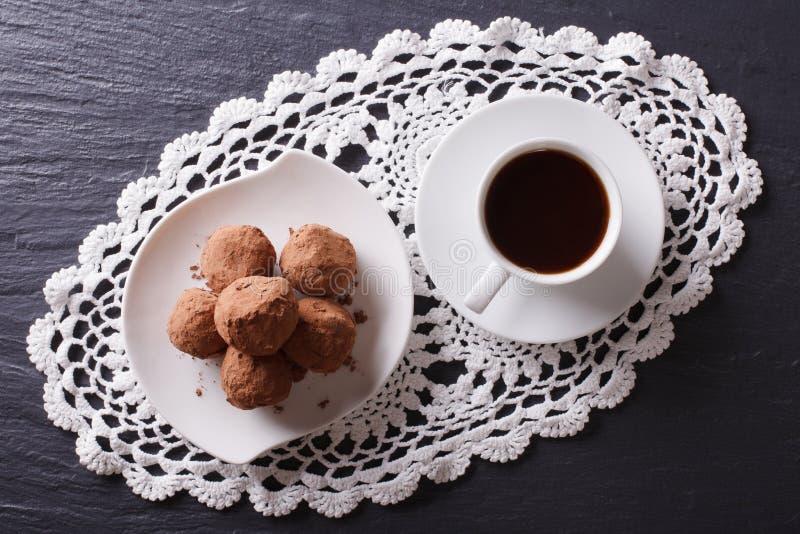 Trufas y café de chocolate en la tabla visión superior horizontal fotografía de archivo
