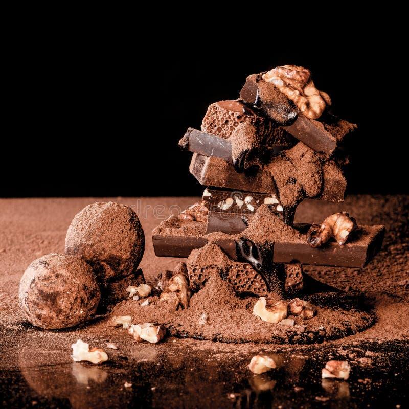 Trufas y chocolate con las nueces imágenes de archivo libres de regalías