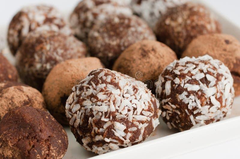 Truffe de chocolat naturelle faite maison de vegan avec le cacao sur le pla blanc photo stock