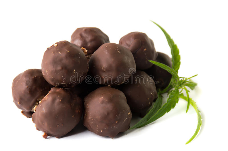 Truffes de chocolat avec la marijuana image libre de droits