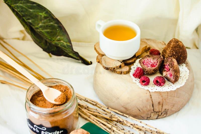 Truffes de chocolat crues saines faites maison de Paleo avec les ?crous, les dates et le massepain frais de baies photographie stock libre de droits