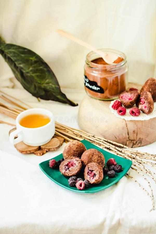 Truffes de chocolat crues saines faites maison de Paleo avec les ?crous, les dates et le massepain frais de baies photos libres de droits