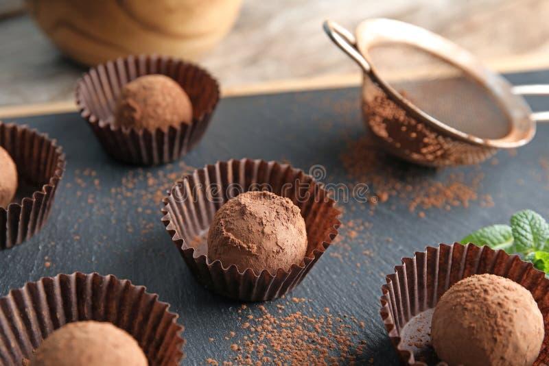 Truffes de chocolat savoureuses à bord, plan rapproché image stock