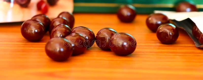 Truffes de chocolat sur le bureau en bois photos libres de droits