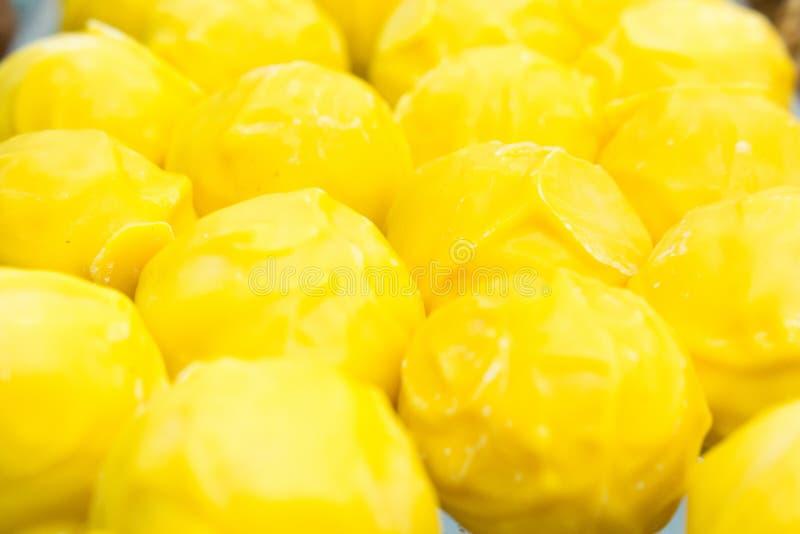 Truffes jaunes de rond délicieux avec du fromage photo stock
