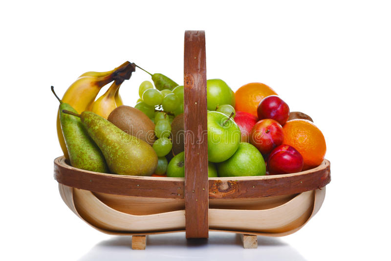 Trug in pieno di frutta fresca isolata su bianco fotografia stock libera da diritti