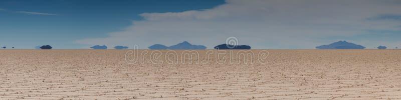 Trugbild von Bergen bei Salar de Uyuni lizenzfreies stockfoto