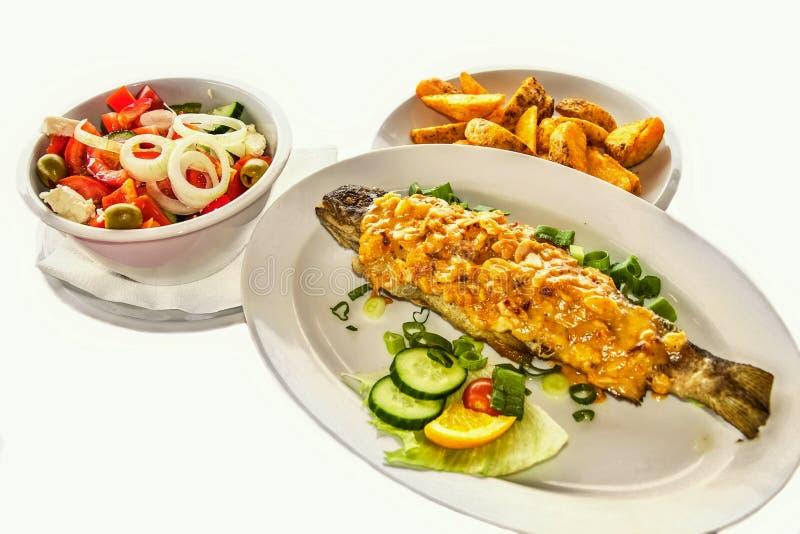 Truite, salade et pommes de terre grillées photographie stock libre de droits