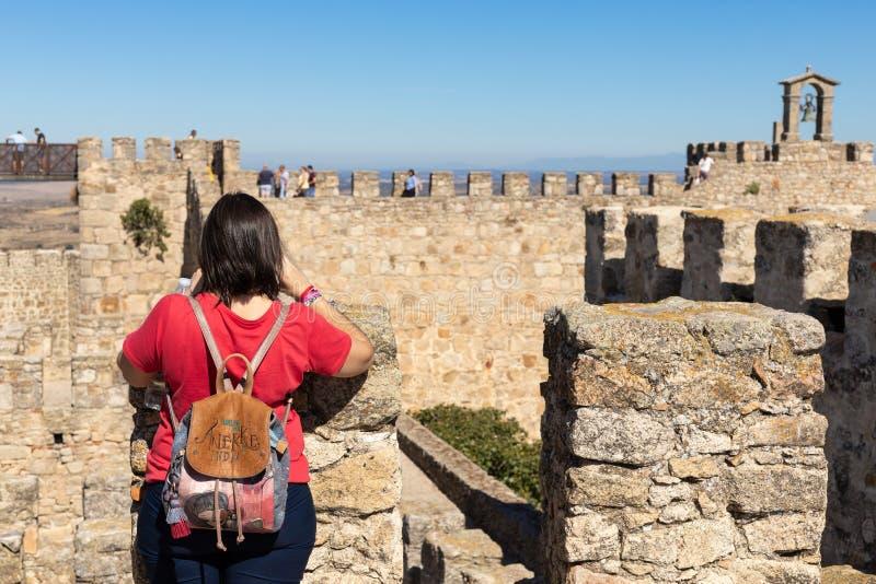 Trujillo, Caceres, Spanje SEPTEMBER 29, 2 019 - Toerist die foto's neemt met zijn mobiele telefoon bovenop het kasteel royalty-vrije stock afbeelding