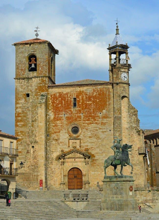 Trujillo - Plazaborgmästare - Iglesia de San MartÃn och Francisco Pizarro staty royaltyfria bilder