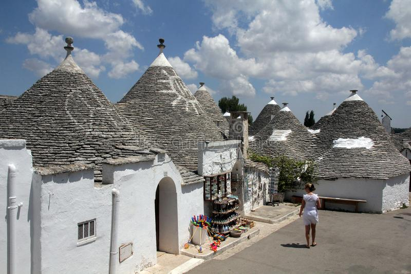 Trullas -有一个圆锥形屋顶的传统石房子,在联合国科教文组织世界遗产名录包括 库存照片