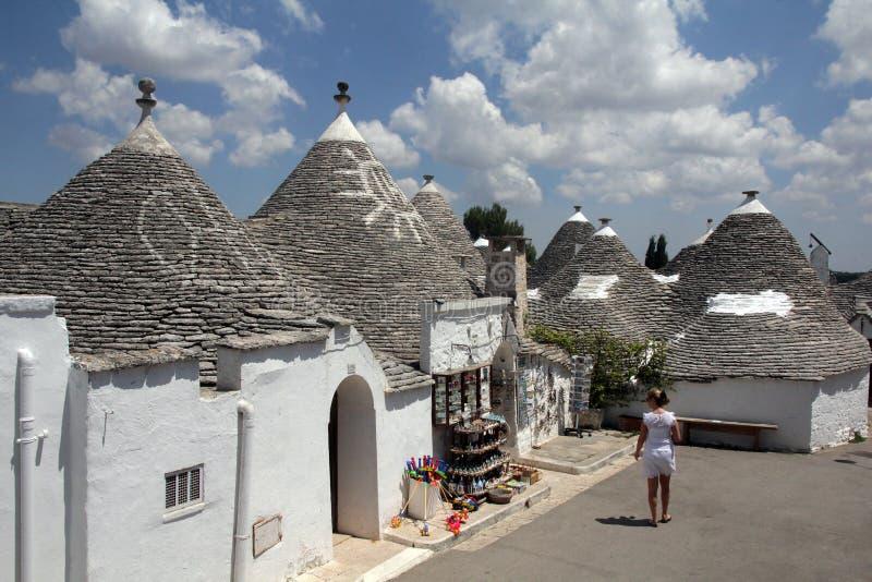 Trullas -有一个圆锥形屋顶的传统石房子,在联合国科教文组织世界遗产名录包括 免版税库存照片