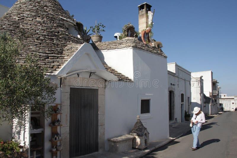 Trullas - les maisons en pierre traditionnelles avec un toit conique, ont inclus dans le patrimoine mondial de l'UNESCO photographie stock libre de droits