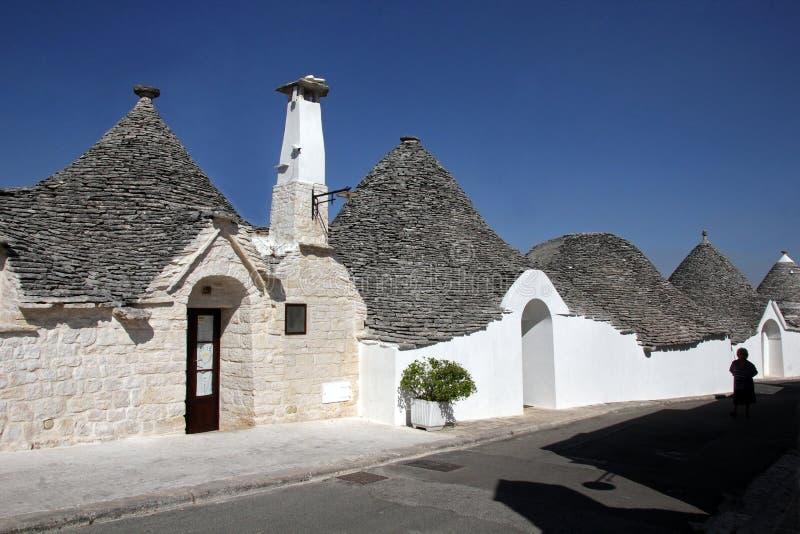 Trullas - les maisons en pierre traditionnelles avec un toit conique, ont inclus dans le patrimoine mondial de l'UNESCO images stock