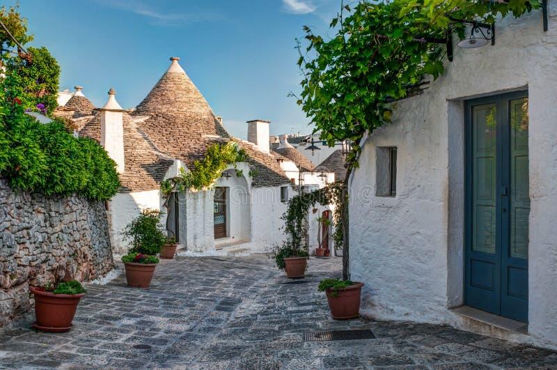 Trulli房子看法在阿尔贝罗贝洛,意大利 免版税图库摄影