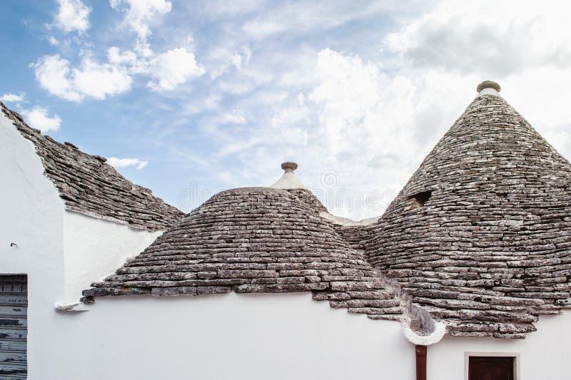 Trulli σπιτιών τούβλου σε Alberobello Πούλια Ιταλία μια ηλιόλουστη ημέρα Κατάλογος πολιτισμικών κληρονομιών της ΟΥΝΕΣΚΟ στοκ εικόνες