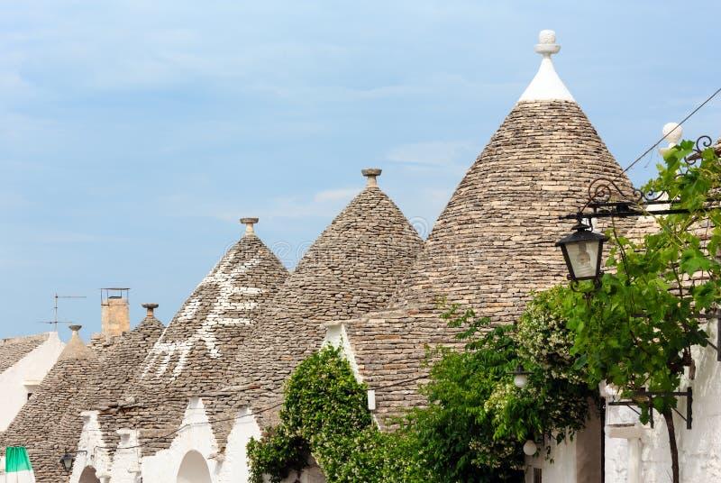 Trulli abriga telhados em Alberobello, Itália fotografia de stock royalty free