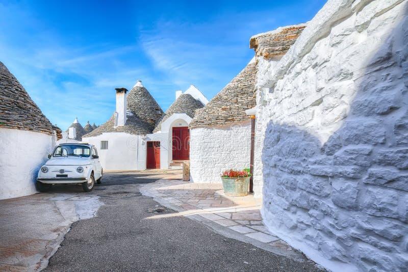 Trulli Alberobello dom?w ulicy typowy widok obrazy royalty free