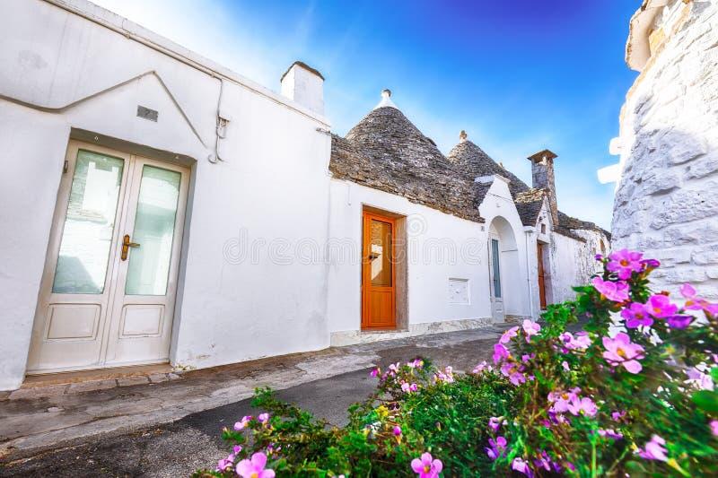 Trulli Alberobello dom?w ulicy typowy widok fotografia royalty free