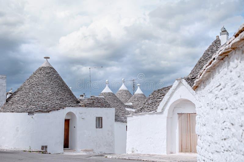 Trulli de maisons de brique dans Alberobello La Puglia Italie un jour ensoleillé Liste de patrimoine culturel de l'UNESCO photos libres de droits