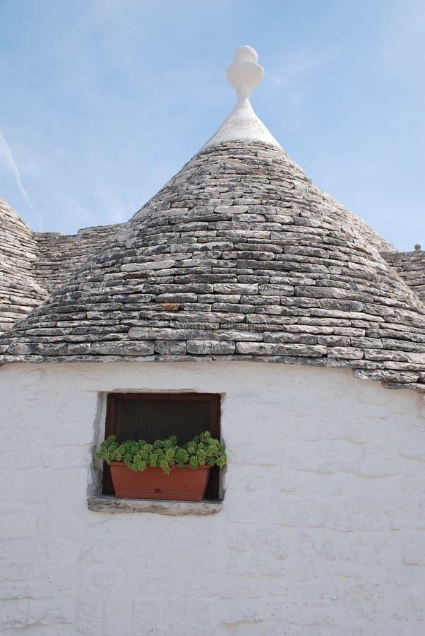 Trullo tak med fönstret och växten royaltyfria foton