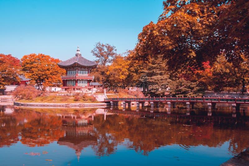 Trullo y pagoda anaranjada del viewof en el palacio del gyeongbokgung en la Corea del Sur de Seul del otoño fotografía de archivo
