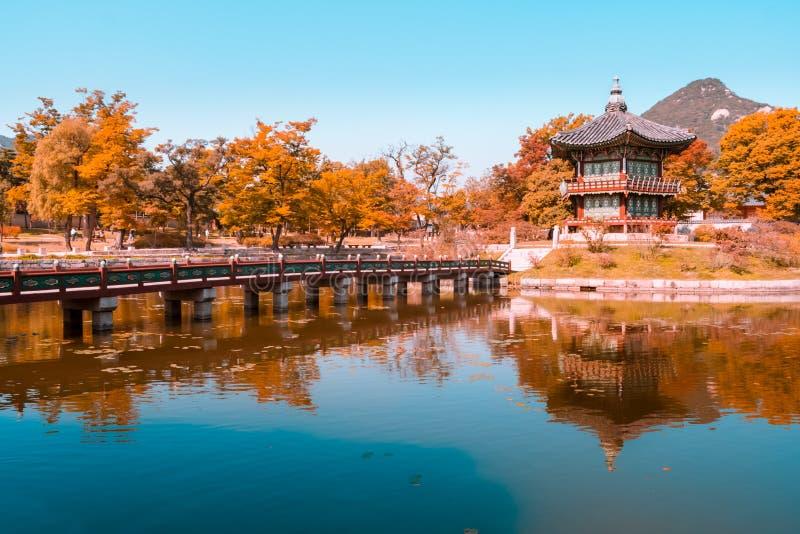 Trullo y vista anaranjada de la pagoda en el palacio del gyeongbokgung en la Corea del Sur de Seul del otoño fotos de archivo