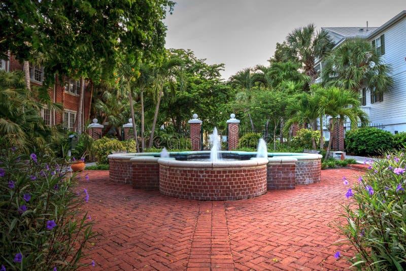 Truman White House med en stor springbrunn i trädgården framme fotografering för bildbyråer