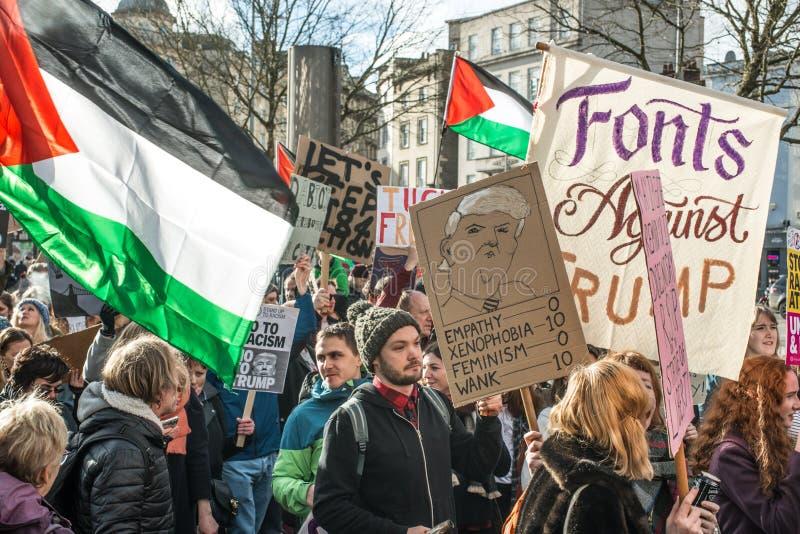 Trumfperson som protesterar i Bristol England arkivfoton