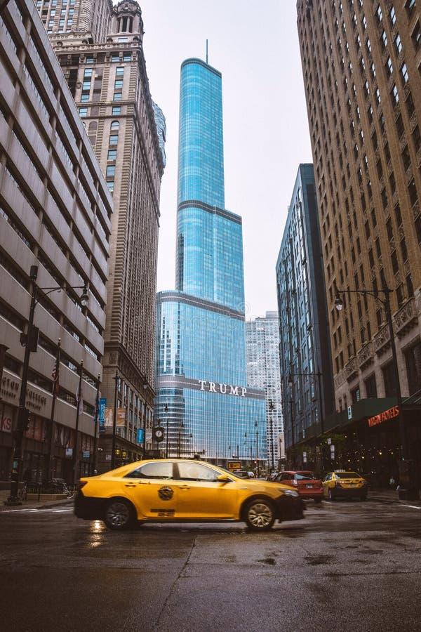 Trumftorn i chicago med den gula taxin royaltyfri bild