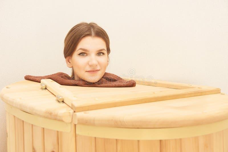 Trummacederträ Wellnessbrunnsortbastu aromatherapy behandling Ung skönhetkvinna Flickaframsida arkivfoto